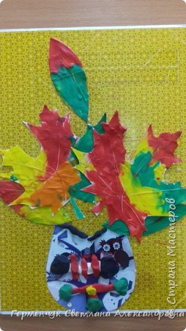"""Вот такие осенние натюрморты сегодня """" нарисовали"""" пластилином  ребята 3 """"А"""" класса. Из плотных  обложек , использованных  тетрадок ,  вырезали заготовки листьев , вазы  и  """"закрасили """" пластилином. Фон - обложки  с наборов  картона. Берегите  все живое !!!  фото 3"""