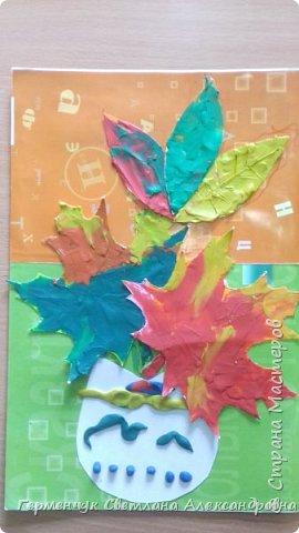 """Вот такие осенние натюрморты сегодня """" нарисовали"""" пластилином  ребята 3 """"А"""" класса. Из плотных  обложек , использованных  тетрадок ,  вырезали заготовки листьев , вазы  и  """"закрасили """" пластилином. Фон - обложки  с наборов  картона. Берегите  все живое !!!  фото 13"""