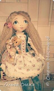 Это текстильная куколка Маришка. Использованы натуральные ткани: хлопок, лен, пряжа акриловая, хлопковое кружево, пуговки декоративные. Личико расписано акриловыми красками. Набивка - синтепон, волосы - пряжа. Сумочка и сапожки из интерьерной ткани. Аксессуары - бусы, цветы и медвежонок. Маришка нашла свой дом этой весной. фото 1