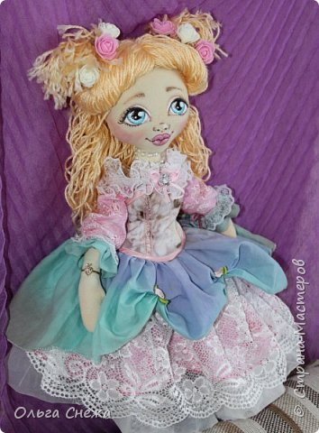 Это текстильная куколка Маришка. Использованы натуральные ткани: хлопок, лен, пряжа акриловая, хлопковое кружево, пуговки декоративные. Личико расписано акриловыми красками. Набивка - синтепон, волосы - пряжа. Сумочка и сапожки из интерьерной ткани. Аксессуары - бусы, цветы и медвежонок. Маришка нашла свой дом этой весной. фото 13