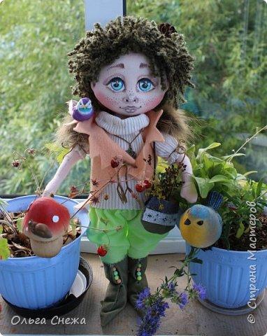 Это текстильная куколка Маришка. Использованы натуральные ткани: хлопок, лен, пряжа акриловая, хлопковое кружево, пуговки декоративные. Личико расписано акриловыми красками. Набивка - синтепон, волосы - пряжа. Сумочка и сапожки из интерьерной ткани. Аксессуары - бусы, цветы и медвежонок. Маришка нашла свой дом этой весной. фото 14