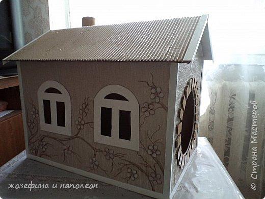 домик из картонной коробки. Цветочки вырезаны из белого картона, часть из них подкрашены в розовый, неброский цвет фото 1