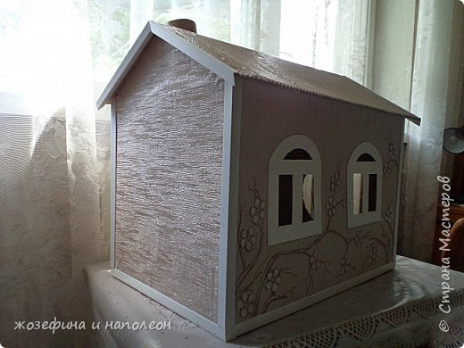 домик из картонной коробки. Цветочки вырезаны из белого картона, часть из них подкрашены в розовый, неброский цвет фото 2
