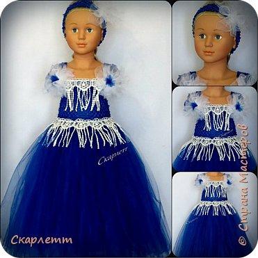 """Ещё одна """"первая проба"""". На этот раз - нарядное платье для девочки. Просто бальное платье для новогодних праздников, выпуска в садике или для дня рождения! Не важно для чего, главное - платье пышное и кружится )))))) Детского манекена у меня нет, так как не планировалось ничего для детей. Пришлось придумывать, как красиво показать платье. Есть погрудье с головой для демонстрации детских шапок и большая напольная ваза. Вот она и стала основой, имитирующей детскую фигурку. Длина юбки - 50см. Использован еврофатин и кружево. Топ выполнен из стречевой пряжи. Платье на девочку 3-5 лет (я так думаю) фото 1"""