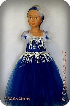"""Ещё одна """"первая проба"""". На этот раз - нарядное платье для девочки. Просто бальное платье для новогодних праздников, выпуска в садике или для дня рождения! Не важно для чего, главное - платье пышное и кружится )))))) Детского манекена у меня нет, так как не планировалось ничего для детей. Пришлось придумывать, как красиво показать платье. Есть погрудье с головой для демонстрации детских шапок и большая напольная ваза. Вот она и стала основой, имитирующей детскую фигурку. Длина юбки - 50см. Использован еврофатин и кружево. Топ выполнен из стречевой пряжи. Платье на девочку 3-5 лет (я так думаю) фото 2"""