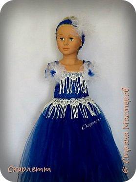 """Ещё одна """"первая проба"""". На этот раз - нарядное платье для девочки. Просто бальное платье для новогодних праздников, выпуска в садике или для дня рождения! Не важно для чего, главное - платье пышное и кружится )))))) Детского манекена у меня нет, так как не планировалось ничего для детей. Пришлось придумывать, как красиво показать платье. Есть погрудье с головой для демонстрации детских шапок и большая напольная ваза. Вот она и стала основой, имитирующей детскую фигурку. Длина юбки - 50см. Использован еврофатин и кружево. Топ выполнен из стречевой пряжи. Платье на девочку 3-5 лет (я так думаю) фото 4"""