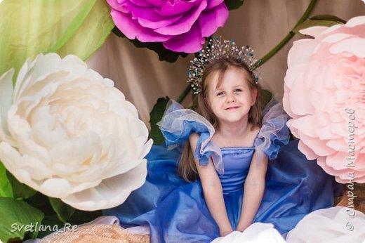 На этом фото ростовые цветы ручной работы создают фон. Платье так же выполнено мной фото 16