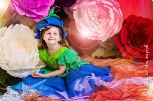 На этом фото ростовые цветы ручной работы создают фон. Платье так же выполнено мной фото 1