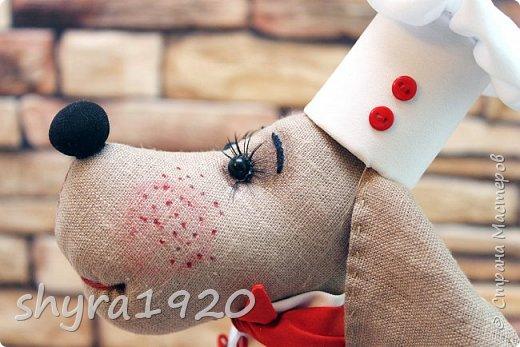 К сосискам питаю высокие чувства, к сосискам особая страсть С горошком и кетчупом так их приятно в тарелку с каёмочкой класть И чёрного хлебушка ломтик отрежешь, и вилочку в руку возьмёшь И с жадностью пищу Богов поглощая, пускаешь сосиску под нож. Автор неизвестен. фото 6