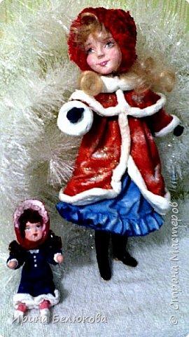 Здравствуйте уважаемые гости моей странички. Заходите. Посмотрите на мою новую работу. Скоро зима и новогодние праздники. Поэтому моя очередная девочка уже на зимней прогулке вместе с любимой куклой  и верным четвероногим другом. По моему все довольны. Я тоже!   Собаку из ваты делала впервые. Белая лайка с голубыми глазами получилась вполне дружелюбная, вон, как улыбается!  Кстати наступающий 2018 - год собаки.Прошу прощения за качество фотографий. фото 2