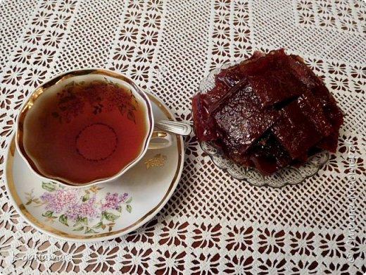 Доброго времени суток,дорогие мастера! Приглашаю вас попить чайку из вишневых листьев с яблочной пастилой собственного изготовления! Рецептов приготовления чая я нашла  в интернете множество, да и сама я всегда делала чай из кипрея.А два года назад решила попробовать сделать чай из разных листьев плодовых деревьев! Да, да, вы не ослышались! Именно из листьев! фото 6