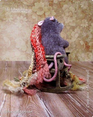 Крысенок Ронни  нежится в любимом кресле, за чашкой любимого чай с лимоном)) Ронни очень тепло и уютно! Вот оно - настоящее крысиное счастье))  Крысенок Ронни выполнен в технике сухого валяния  Плед связан из теплой и мягкой пряжи. Подошва, уши и нос - выполнены из кожи. Крысенок и плед прикреплены к креслу качалке. Высота всей композиции - 13 см. фото 3