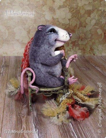 Крысенок Ронни  нежится в любимом кресле, за чашкой любимого чай с лимоном)) Ронни очень тепло и уютно! Вот оно - настоящее крысиное счастье))  Крысенок Ронни выполнен в технике сухого валяния  Плед связан из теплой и мягкой пряжи. Подошва, уши и нос - выполнены из кожи. Крысенок и плед прикреплены к креслу качалке. Высота всей композиции - 13 см. фото 5