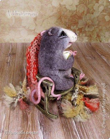 Крысенок Ронни  нежится в любимом кресле, за чашкой любимого чай с лимоном)) Ронни очень тепло и уютно! Вот оно - настоящее крысиное счастье))  Крысенок Ронни выполнен в технике сухого валяния  Плед связан из теплой и мягкой пряжи. Подошва, уши и нос - выполнены из кожи. Крысенок и плед прикреплены к креслу качалке. Высота всей композиции - 13 см. фото 6