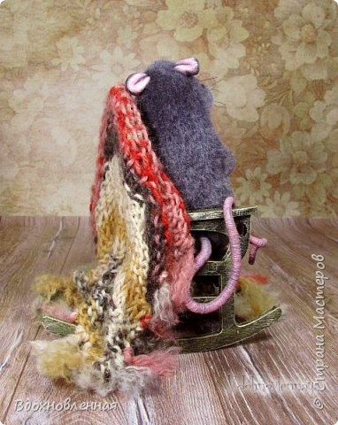Крысенок Ронни  нежится в любимом кресле, за чашкой любимого чай с лимоном)) Ронни очень тепло и уютно! Вот оно - настоящее крысиное счастье))  Крысенок Ронни выполнен в технике сухого валяния  Плед связан из теплой и мягкой пряжи. Подошва, уши и нос - выполнены из кожи. Крысенок и плед прикреплены к креслу качалке. Высота всей композиции - 13 см. фото 7
