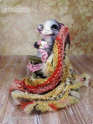 Крысенок Ронни  нежится в любимом кресле, за чашкой любимого чай с лимоном)) Ронни очень тепло и уютно! Вот оно - настоящее крысиное счастье))  Крысенок Ронни выполнен в технике сухого валяния  Плед связан из теплой и мягкой пряжи. Подошва, уши и нос - выполнены из кожи. Крысенок и плед прикреплены к креслу качалке. Высота всей композиции - 13 см. фото 9