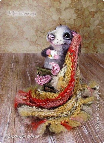 Крысенок Ронни  нежится в любимом кресле, за чашкой любимого чай с лимоном)) Ронни очень тепло и уютно! Вот оно - настоящее крысиное счастье))  Крысенок Ронни выполнен в технике сухого валяния  Плед связан из теплой и мягкой пряжи. Подошва, уши и нос - выполнены из кожи. Крысенок и плед прикреплены к креслу качалке. Высота всей композиции - 13 см. фото 10