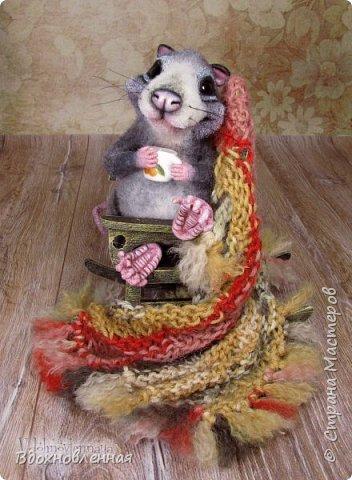 Крысенок Ронни  нежится в любимом кресле, за чашкой любимого чай с лимоном)) Ронни очень тепло и уютно! Вот оно - настоящее крысиное счастье))  Крысенок Ронни выполнен в технике сухого валяния  Плед связан из теплой и мягкой пряжи. Подошва, уши и нос - выполнены из кожи. Крысенок и плед прикреплены к креслу качалке. Высота всей композиции - 13 см. фото 11