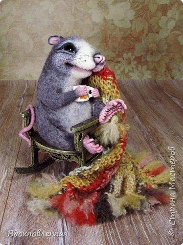 Крысенок Ронни  нежится в любимом кресле, за чашкой любимого чай с лимоном)) Ронни очень тепло и уютно! Вот оно - настоящее крысиное счастье))  Крысенок Ронни выполнен в технике сухого валяния  Плед связан из теплой и мягкой пряжи. Подошва, уши и нос - выполнены из кожи. Крысенок и плед прикреплены к креслу качалке. Высота всей композиции - 13 см.