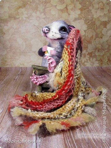 Крысенок Ронни  нежится в любимом кресле, за чашкой любимого чай с лимоном)) Ронни очень тепло и уютно! Вот оно - настоящее крысиное счастье))  Крысенок Ронни выполнен в технике сухого валяния  Плед связан из теплой и мягкой пряжи. Подошва, уши и нос - выполнены из кожи. Крысенок и плед прикреплены к креслу качалке. Высота всей композиции - 13 см. фото 13
