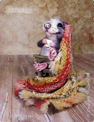 Крысенок Ронни  нежится в любимом кресле, за чашкой любимого чай с лимоном)) Ронни очень тепло и уютно! Вот оно - настоящее крысиное счастье))  Крысенок Ронни выполнен в технике сухого валяния  Плед связан из теплой и мягкой пряжи. Подошва, уши и нос - выполнены из кожи. Крысенок и плед прикреплены к креслу качалке. Высота всей композиции - 13 см. фото 14