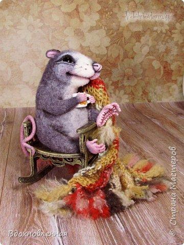 Крысенок Ронни  нежится в любимом кресле, за чашкой любимого чай с лимоном)) Ронни очень тепло и уютно! Вот оно - настоящее крысиное счастье))  Крысенок Ронни выполнен в технике сухого валяния  Плед связан из теплой и мягкой пряжи. Подошва, уши и нос - выполнены из кожи. Крысенок и плед прикреплены к креслу качалке. Высота всей композиции - 13 см. фото 15