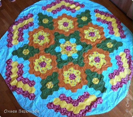 Скатерка для круглого стола. Диаметр  150 см, шестиугольники со стороной 5 см, сшита на машинке фото 1