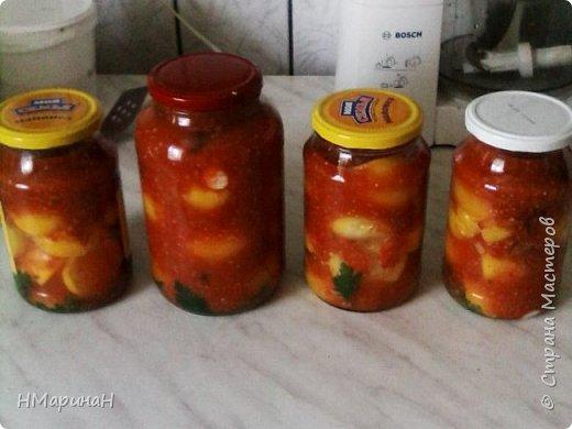 Добрый вечер, Страна. У кого осталось много помидор, а есть свежими уже не очень хочется, предлагаю такой рецепт: помидоры в заливке. помидоры в банку, залить кипятком, делаем заливку: чеснок, яблоко, перец сладкий и помидоры перемолотить, можно пертушку для красоты добавить.гвоздика, 1 ст.л. соли, 6 ст.л. сахара (на 3 х л банку помидор), поварить немного, слить воду из помидор, добавить или аспирин (2 шт на 3л) или в смесь 1 ст. л. уксуса 70%, залить помидоры и под шубу, (если вдруг не хватило заливки, добавь кипятку , можно добавить томатную пасту, если помидоры жалко молотить) делала в прошлом году тоже поздно осенью, семье очень понравилось. я в этом году делала по разному, желтые в красной заливке, красные в желной и целые и резанные можно. Приятного аппетита.