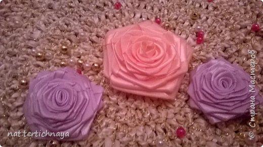Розы из атласных лент.  Большие розы из лент шириной 5 сантиметров. фото 7