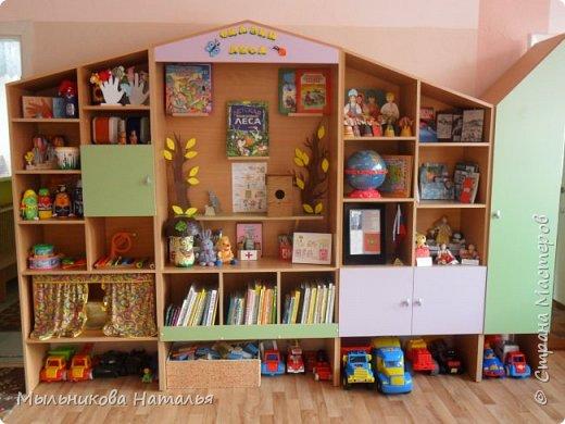 Место для музея я спланировала заранее, когда придумывала мебельную стенку. В неё ещё входят музыкальный и книжный уголки и пенал для хранения пособий. фото 2