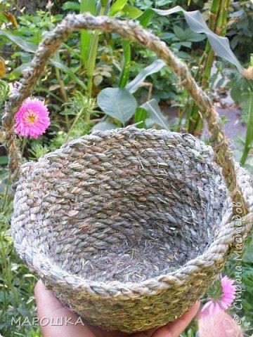 полюбила вить веревки из травы и сшивать из них посудинки разные фото 15