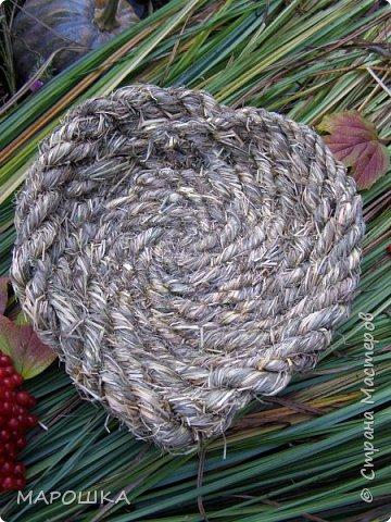 полюбила вить веревки из травы и сшивать из них посудинки разные фото 2
