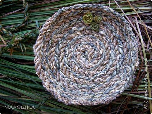 полюбила вить веревки из травы и сшивать из них посудинки разные фото 4