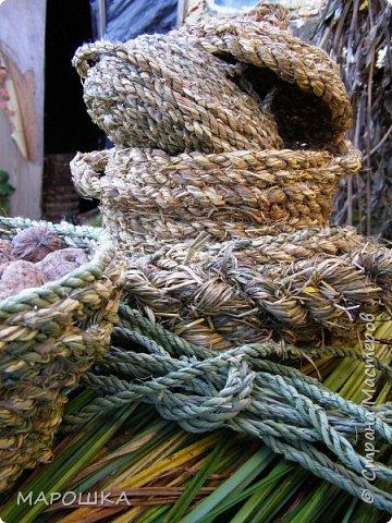 полюбила вить веревки из травы и сшивать из них посудинки разные фото 13