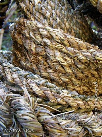 полюбила вить веревки из травы и сшивать из них посудинки разные фото 17