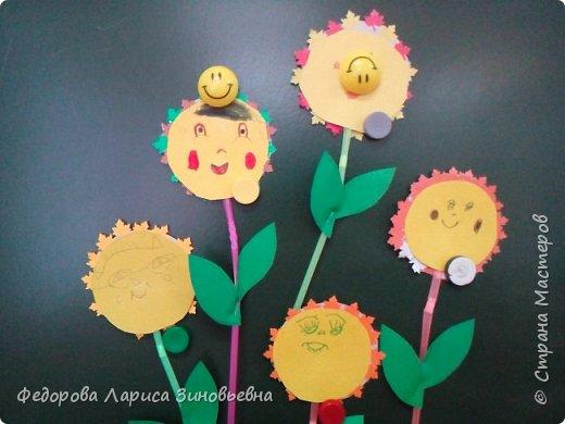 """Добрый день всем. Вот и уходит наша золотая осень С ребятами на кружке делали вот такие осенние цветы """"Солнышко"""". Образец был вот такой. А это работы учеников  1-2 класса. фото 3"""