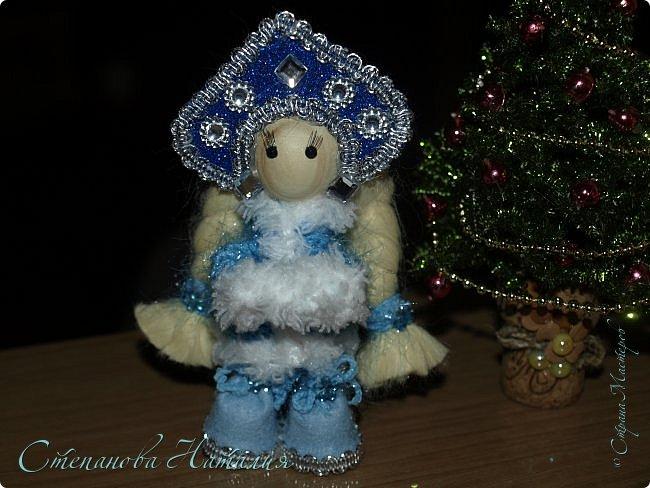 Добрый день, вы все знаете моих куколок, а тут пришла идея в голову сделать деда мороза со снегуркой. Наташа Скво меня научила вязать воздушные петли, я навязала и обмотала их, приглашая к просмотру! фото 2