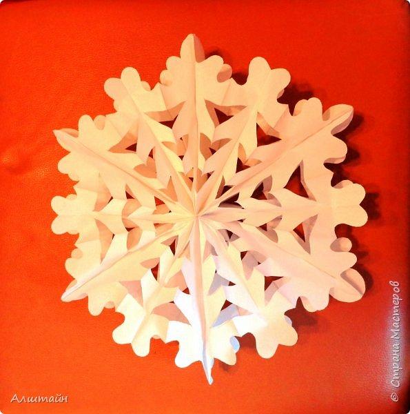 """""""Чтобы к вам спуститься с неба, Мне и крылья не нужны. Без меня бы белым не был Путь красавицы Зимы. Я танцую вместе с ветром, Мчусь неведомо куда. И в лучах любого света Я сверкаю, как звезда!"""" (Автор: О. Емельянова)   Снежинки – волшебные спутницы зимы, всегда разные и неповторимые, они неизменно сопровождают каждый Новый год. Снежинки вырезают из бумаги, сочиняют и рассказывают о них стихи Дедушке Морозу.! :о)   Предлагаю Вам сделать большую объемную снежинку из бумажных пакетов для завтраков - в технике Pop up!   Pop-up — целое направление в искусстве. Эта техника сочетает элементы техник Киригами и Вырезания  и позволяет создавать объемные  конструкции, складывающие в плоскую фигуру. Делается она очень просто и быстро.  И что важно! Хотя снежинка получается большая, но очень КОМПАКТНАЯ!!!  И подарить её можно также в конверте вместе с поздравительной открыткой!!! ;о)  Создай ЗИМНЮЮ СКАЗКУ своими руками!   фото 13"""