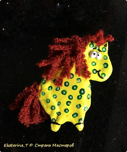 Какая же она смешная получилась, эта лошадка!!! Делали ее с сыном вместе в подарок девочке, которая очень любит лошадей и ходит в конную школу.  Вылепили ее из соленого теста, высушили и покрасили акриловыми красками, потом лаком. Потом приклеили челку, гриву и хвост.  Вдохновил нас МК на сайте ливемастер/точка/ру с названием «Лошадка - магниты на холодильник.»