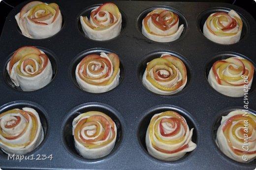Раскатать слоеное тесто , нарезать 5 - 6 полосочек. Заранее подготовить сироп: стакан воды + 2-3 ст. л. сахара + 1 ст.л. лимонного сока.  Яблоки  нарезать на тонкие ломтики, опустить  в кипящий сироп на 2 минуты, потом откинуть на дуршлаг, чтобы ушла лишняя влага. На полоски выложить остывшие ломтики, можно посыпать сахаром и корицей, свернуть рулетиком и положить в формочки фото 1