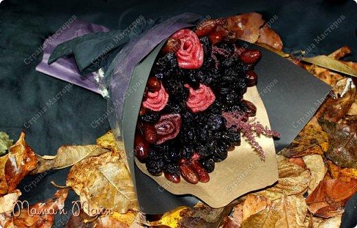 """Доброго времени суток, друзья и гости странички! Представляю Вашему вниманию обещанный МК по изготовлению съедобного букета из сухофруктов и пастилы. Если кто не знает, то пастила - это высушенная мякоть фруктов или ягод в виде тонкой лепешки. Имеет насыщенный фруктовый вкус, вязкую и эластичную консистенцию. Букет называется """"Тихая меланхолия"""". Посвящен дню памяти моего свекра. Уж простите за такие интимные подробности. Ну просто так совпало.... фото 10"""