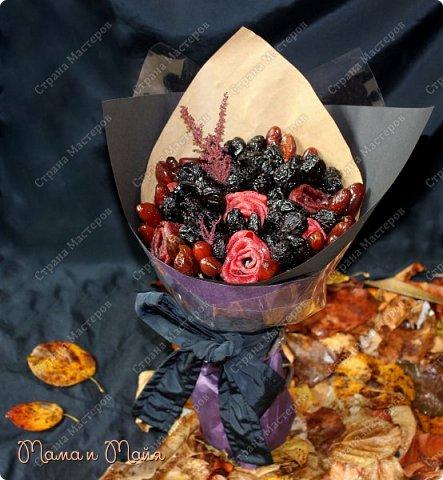 """Доброго времени суток, друзья и гости странички! Представляю Вашему вниманию обещанный МК по изготовлению съедобного букета из сухофруктов и пастилы. Если кто не знает, то пастила - это высушенная мякоть фруктов или ягод в виде тонкой лепешки. Имеет насыщенный фруктовый вкус, вязкую и эластичную консистенцию. Букет называется """"Тихая меланхолия"""". Посвящен дню памяти моего свекра. Уж простите за такие интимные подробности. Ну просто так совпало.... фото 9"""