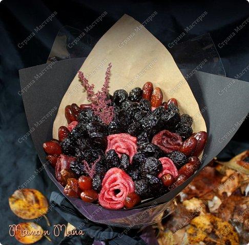 """Доброго времени суток, друзья и гости странички! Представляю Вашему вниманию обещанный МК по изготовлению съедобного букета из сухофруктов и пастилы. Если кто не знает, то пастила - это высушенная мякоть фруктов или ягод в виде тонкой лепешки. Имеет насыщенный фруктовый вкус, вязкую и эластичную консистенцию. Букет называется """"Тихая меланхолия"""". Посвящен дню памяти моего свекра. Уж простите за такие интимные подробности. Ну просто так совпало.... фото 1"""