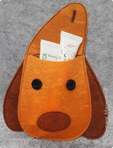 Меня не покидала мысль сделать особенный подарочный мешочек. Хочу подруге на Новый год подарить красивый браслетик, а обычный мешочек шить не хочется. Решила его сделать в виде головы собаки. Год собаки, все-таки. Присоединяйтесь и сшейте его вместе со мной!  Для работы нам понадобится:  - бумага для выкройки - карандаш - маркер по ткани - ножницы - булавки - фетр двух цветов (оранжевый и коричневый) - пуговицы — 2 шт. - нитки и иголка - термопистолет и термоклей фото 23