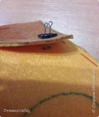 Меня не покидала мысль сделать особенный подарочный мешочек. Хочу подруге на Новый год подарить красивый браслетик, а обычный мешочек шить не хочется. Решила его сделать в виде головы собаки. Год собаки, все-таки. Присоединяйтесь и сшейте его вместе со мной!  Для работы нам понадобится:  - бумага для выкройки - карандаш - маркер по ткани - ножницы - булавки - фетр двух цветов (оранжевый и коричневый) - пуговицы — 2 шт. - нитки и иголка - термопистолет и термоклей фото 8