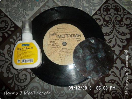 Основное что нам нужно: один винилованый диск, клей ПВА и супер-клей, картон любого цвета. фото 1