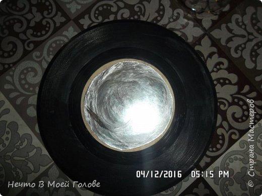 Основное что нам нужно: один винилованый диск, клей ПВА и супер-клей, картон любого цвета. фото 2