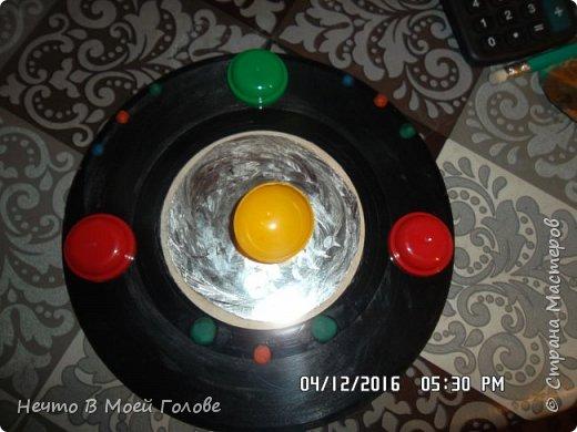 Основное что нам нужно: один винилованый диск, клей ПВА и супер-клей, картон любого цвета. фото 3