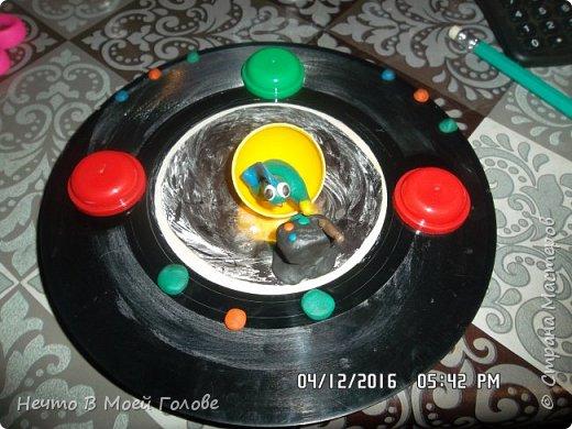 Основное что нам нужно: один винилованый диск, клей ПВА и супер-клей, картон любого цвета. фото 4