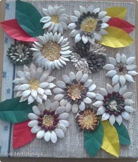Панно из семян - это работа моих семиклассников. В работе использованы семена тыквы, дыни, арбуза. Кроме этого применяли фасоль, кукурузную крупу, горох. фото 2